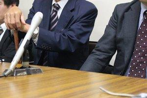 記者会見で医療法人や医師への不信感を述べる原告の男性(左側)=大津市京町3丁目・大津地裁