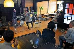 ドラムをたたく後藤さんが企画したジャズライブ。来場者がコーヒーなどを飲みながら15曲を楽しんだ=京丹後市網野町・Honobonoかふぇ