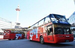 京阪バスなどが定期観光バスとして運行する2階建てオープンバス。3月から乗り降り自由の観光用路線バスに展開する(京都市下京区)