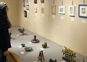 「京小さな宇宙展」の会場で展示されている作品(京都市下京区・ポルタギャラリー)