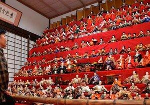 ひな人形300体が並ぶ「12段飾り」(京都府綾部市上延町・東光院)