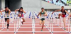 男子110メートル障害決勝 近畿高校新で優勝した洛南の藤原(右)=ヤンマースタジアム長居