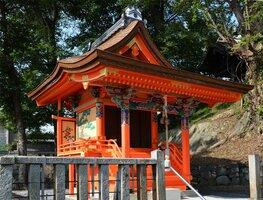 鮮やかな丹塗りや彩色が修復された八幡宮社の本殿(京都府亀岡市保津町)