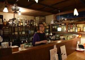 五条モール内で営む居酒屋で、菊浜の魅力を語る永谷さん(京都市下京区菊浜)