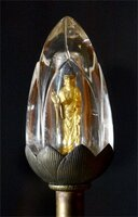 水晶の中で制作当初の輝きを放つ阿弥陀如来像(12日午後3時29分、京都市伏見区・醍醐寺)