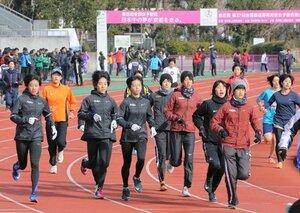 レース本番を翌日に控え、調整する選手たち(12日午前、京都市右京区・西京極陸上競技場)