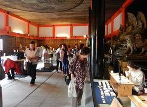 清水寺の経堂で開かれている京都伝統工芸大学校の作品展。卒業生による制作実演も行われている(京都市東山区)