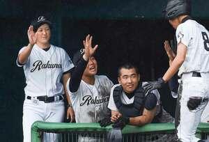 生還した選手と喜ぶ洛南の山村監督(左端)