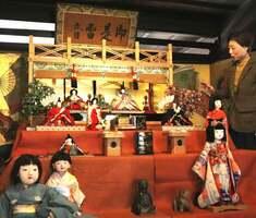 源氏枠をしつらえた壇上に並ぶひな人形(京都市下京区・杉本家住宅)