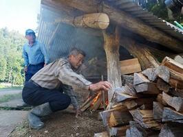 勉強会では住民たちが復活させた炭焼き窯の見学会もある(昨年5月、高島市朽木雲洞谷)