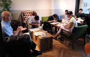 給特法の勉強会で、萬井名誉教授(左)の話を聞く学生ら(京都市南区)