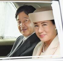皇居に入られる天皇、皇后両陛下=18日午後、皇居・半蔵門(代表撮影)