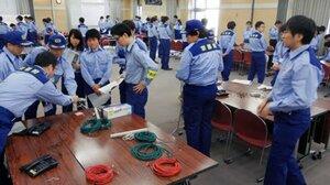 災害対策本部事務局の設営訓練に取り組む府職員(17日午前9時30分、京都市上京区・府庁)