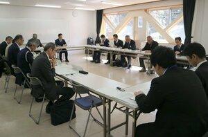 市バスなど公共交通のあり方について話し合う委員たち(京都府福知山市内記・ハピネスふくちやま)