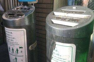 灰皿のあるコンビニ前は愛煙家にとって貴重な喫煙スポットとなっている