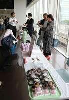 とろみをつけて飲み込みやすくした和菓子や日本酒が並ぶ「京介食」ブランドの発表会(京都府長岡京市)
