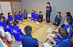選手全員がそろってミーティングする滋賀チーム(京都市東山区)