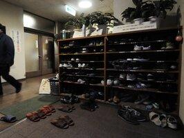 利用者の靴やスリッパが並ぶげた箱。満室状態が続き、新たに多数を受け入れるのは難しい状況が続いてきた(2009年撮影、京都市中央保護所)