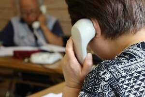 選挙事務所で有権者に電話で投票を依頼する支援者。つながったかどうかを記すメモには「留守」の文字が並ぶ(京都市内)