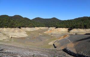 工事のために水が抜かれた芹川ダム(滋賀県多賀町)