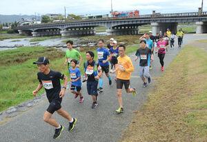 水害被害に見舞われた被災地に思いをはせながら鴨川河川敷を走る参加者(京都市上京区)