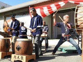 旭町文化祭で伝統の「旭太鼓」を披露する住民たち(亀岡市旭町・旭コミュニティセンター)