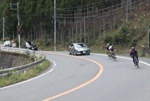 山間部のカーブを走る自転車(京都市北区中川)