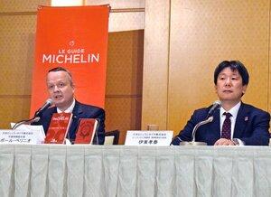 「ミシュランガイド京都・大阪2020」の掲載店を発表するペリニオ社長(左)ら=大阪市内