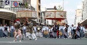 かつての山鉾巡行の形態をとどめる綾傘鉾。にぎやかな風流囃子物の雰囲気を伝える(17日、京都市下京区・四条通河原町交差点)=撮影・安達雅文