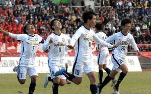 京都橘-洛北 2点目を決め、喜ぶ京都橘の西野(右から2人目)=たけびしスタジアム京都