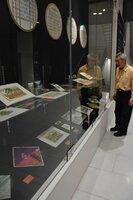 錦絵や絵はがきなど、京都の鉄道ゆかりのお土産が並ぶ会場(京都市下京区・京都鉄道博物館)