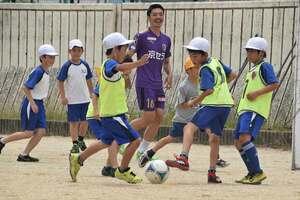 安藤選手とサッカーを楽しむ児童たち(野洲市三上・三上小)