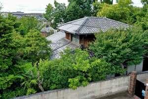 解体される志賀直哉の旧居。小説「暗夜行路」でも重要な舞台となった(京都市北区)=小型無人機から
