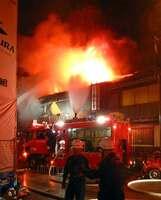 激しい炎と黒煙を上げて燃える建物(午後10時10分撮影、京都市東山区花見小路四条下ル)[LF]