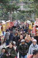 参道に露店が立ち並び、多くの参拝者でにぎわう初天神(25日午前10時14分、京都市上京区・北野天満宮)
