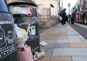 観光地近くに置かれた京都市のごみ容器。週明けの朝にはごみがあふれている日が多い(京都市東山区)