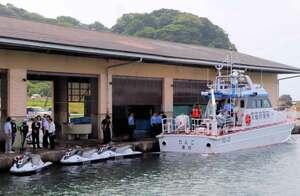 協定に基づき入港した府警の水上バイクや船舶を見学する関係者たち(京都府京丹後市網野町・浅茂川漁港)
