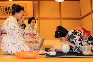 AEDによる応急措置や人工呼吸の訓練を行う舞妓たち(京都市上京区・上七軒歌舞練場)