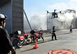 震災警防訓練で消防用ドローンを操縦する職員たち(京都市南区・市消防活動総合センター)