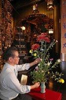 即位の礼に合わせて生けられた「祝いのいけばな」(21日、京都市中京区・六角堂)