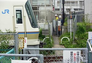 JR奈良線にある「勝手踏切」を閉鎖する作業員(2016年撮影)