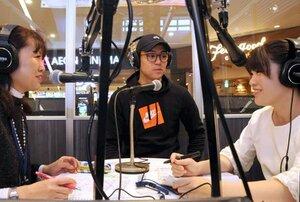 打ち合わせをする松本さん(右)と関村さん(左)。この日は競輪選手の窓場千加頼さんが出演した=京都府向日市・FMおとくにサテライトスタジオ