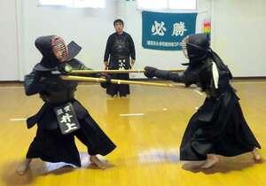 鋭い突きを繰り出す中学生。模擬試合で激しく攻め合う