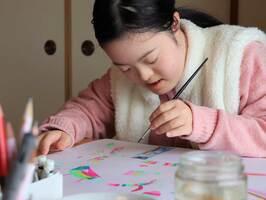 洋画家だった祖父のように、創作に没頭する静香さん(京都市上京区)
