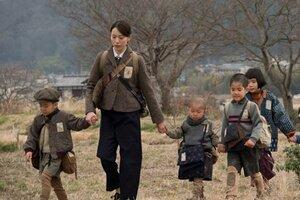 映画「あの日のオルガン」で園児と歩く保母役の戸田恵梨香。物語の舞台は埼玉の農村だが、この場面の撮影は亀岡市曽我部町法貴で行った