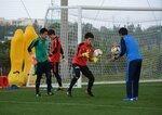 GKの練習に励む(左から)加藤、清水、若原=沖縄県八重瀬町・東風平運動公園サッカー場