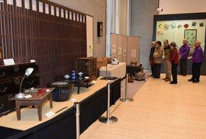 展示された住まいや台所などの道具(向日市寺戸町・市文化資料館)[LF]