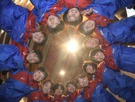 円陣を組み、笑顔を見せる京都の選手たち(ロームシアター京都)