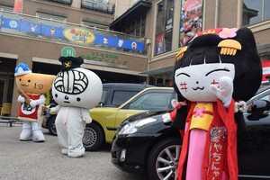 日本ご当地キャラクター協会と日本ご当地タクシー協会の協定締結式に参加したキャラクター(滋賀県彦根市本町・四番町スクエア)[LF]