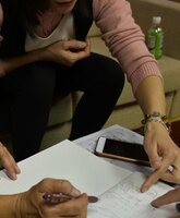 同僚の技能実習生と寮の狭い部屋で暮らしていたと説明するベトナム人女性(東京都内)